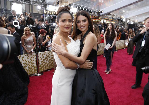 Herečky Salma Hayeková a Penélope Cruzová na červeném koberci. Udělování Oscara 2020 v Los Angeles, USA.