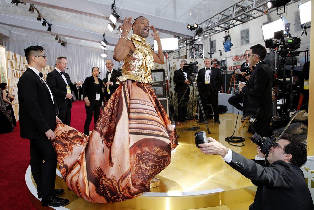 Herec Billy Porter na červeném koberci. Udělování Oscara 2020 v Los Angeles, USA.