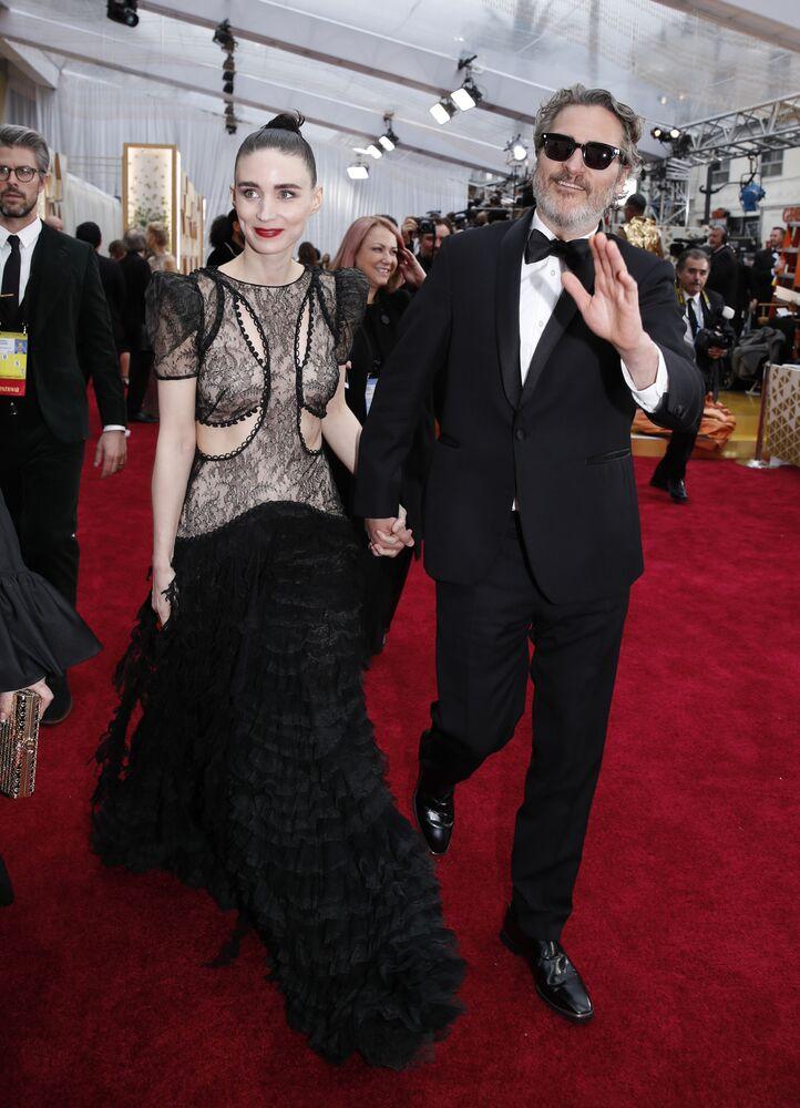 Herec Joaquin Phoenix a herečka Rooney Mara na červeném koberci. Udělování Oscara 2020 v Los Angeles, USA.