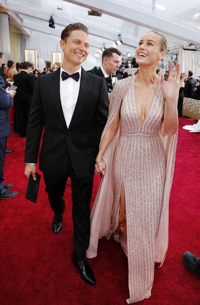 Herečka Brie Larsonová a herec Elijah Allan-Blitz na červeném koberci. Udělování Oscara 2020 v Los Angeles, USA.