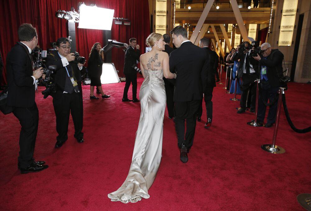 Herečka Scarlett Johanssonová a komik Colin Jost na červeném koberci. Udělování Oscara 2020 v Los Angeles, USA.