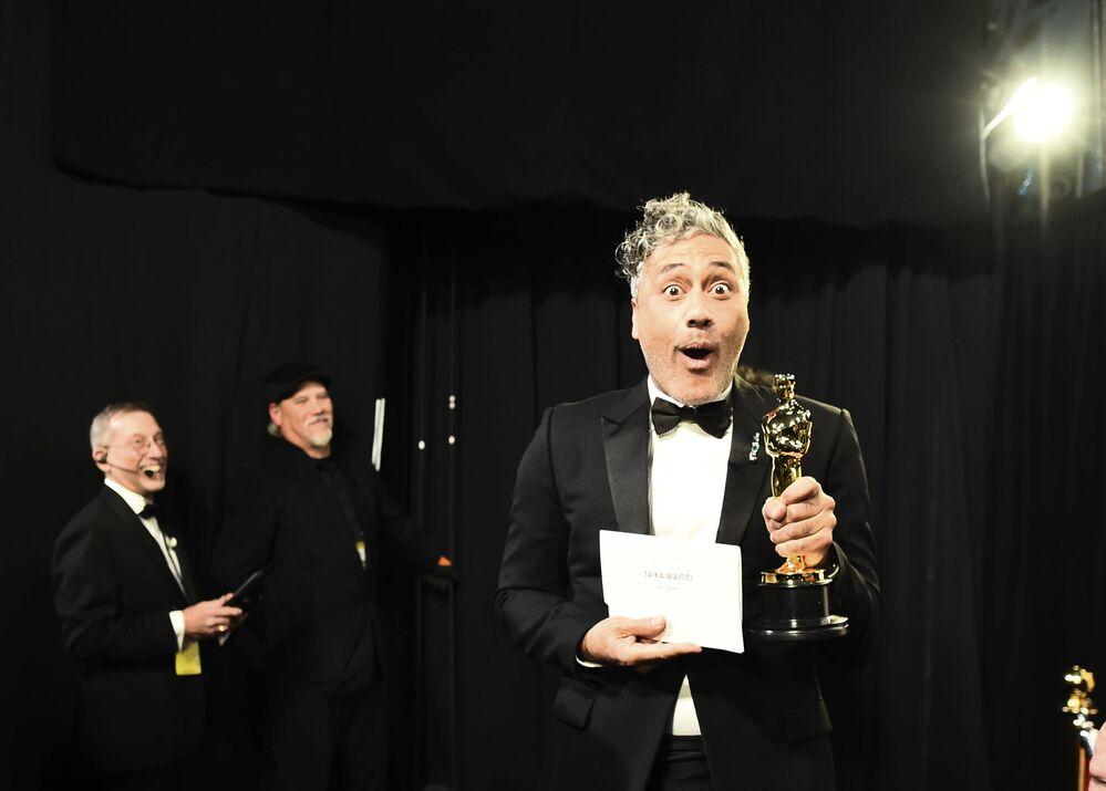 Scenárista Taiko Waititi. Udělování Oscara 2020 v Los Angeles, USA.