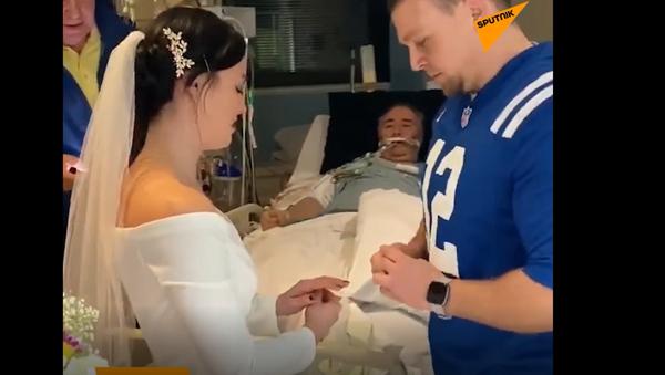 Video: Pár se vzal v nemocnici před otcem nevěsty, který umíral na rakovinu. Dojímá to k slzám - Sputnik Česká republika
