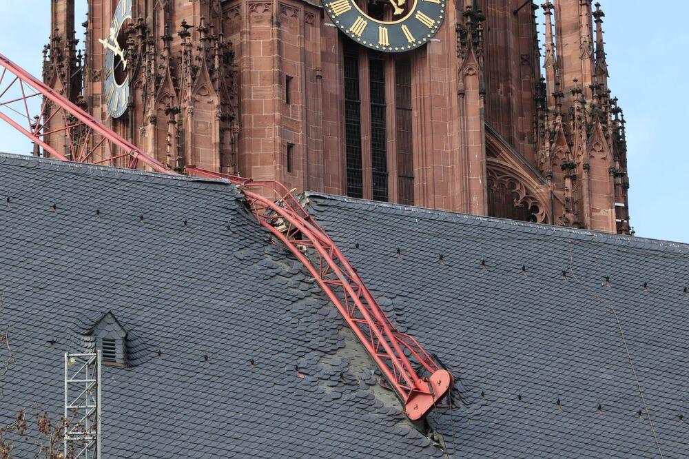 Jeřáb spadl na střechu katedrály kvůli bouři Sabine. Frankfurt nad Mohanem, Německo.