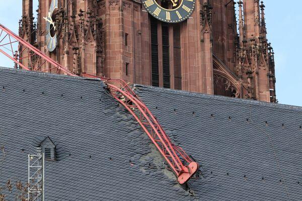 Jeřáb spadl na střechu katedrály kvůli bouři Sabine. Frankfurt nad Mohanem, Německo. - Sputnik Česká republika