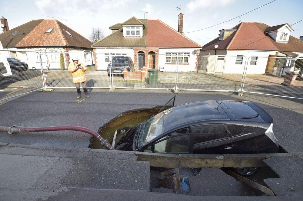 Auto se ocitlo ve výmolu po průchodu bouře Sabine v Anglii