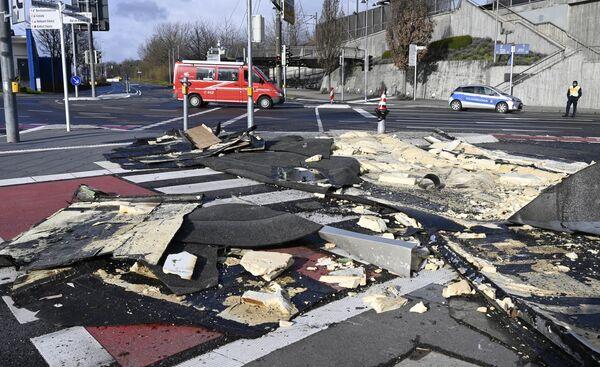 Trosky střechy na silnici po průchodu bouře Sabine. Bietigheim-Bissingen, jižní Německo.  - Sputnik Česká republika
