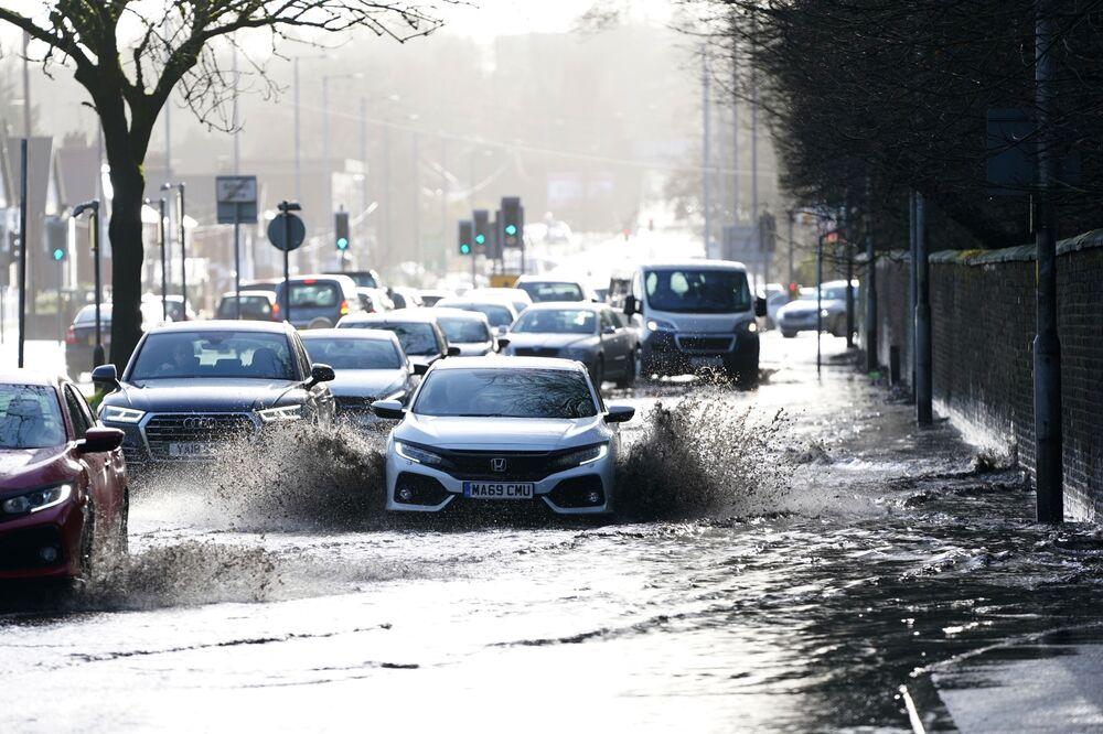 Auta na zatopené silnici. Manchester, Velká Británie.