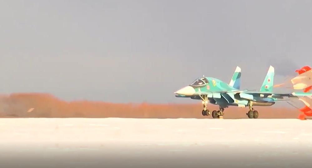 Ruské stíhačky Su-34 po ohromujících akrobatických prvcích bombardovaly pozemní cíle