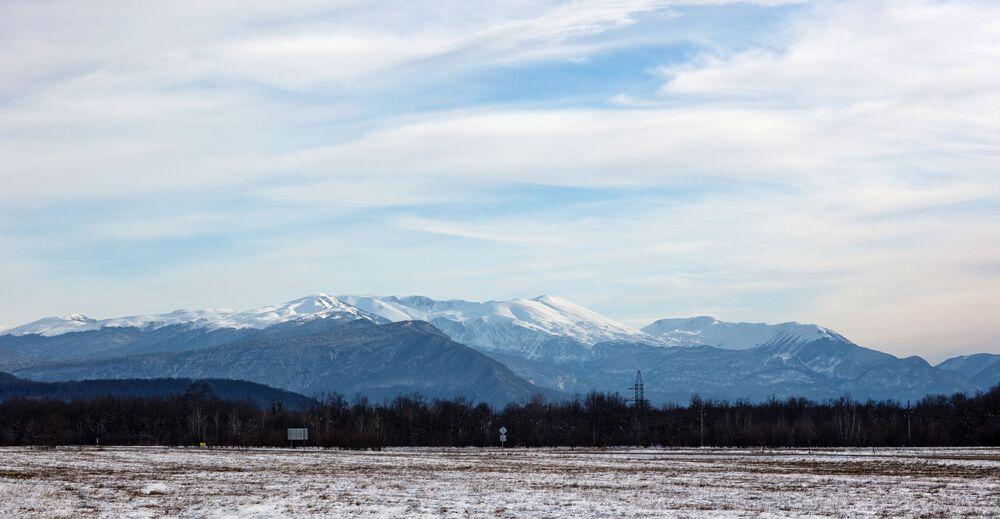 Zasněžené hory v Apšeronské oblasti Krasnodarského kraje, Rusko.