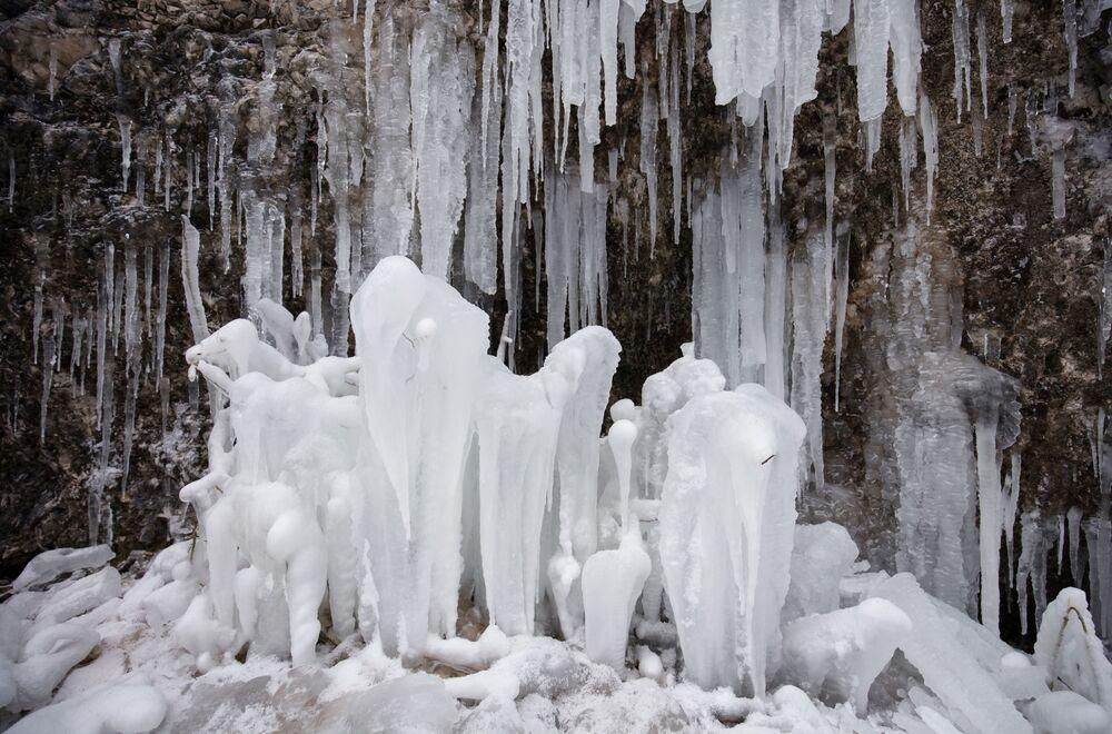 Zamrzlý vodopád v Guamském údolí. Krasnodarský kraj, Rusko.