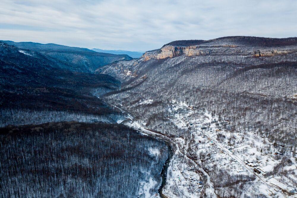Osada Mezmaj a řeka Kurdžips. Krasnodarský kraj, Rusko.