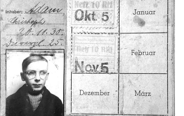 Měsíční jízdenka na tramvaj s obrázkem (1944/45). Soukromý dokument - Sputnik Česká republika