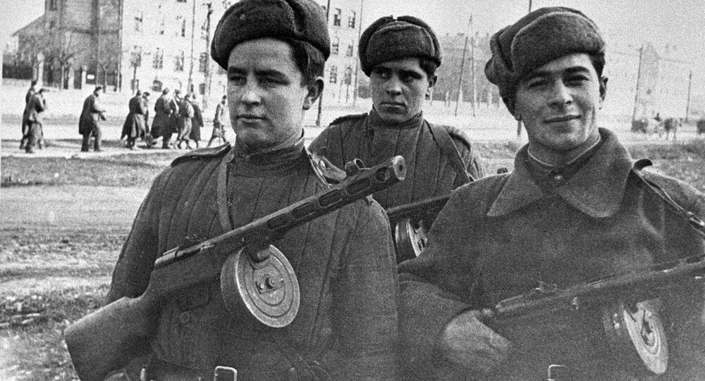 Skupina sovětských vojáků prochází ulicemi Budapešti