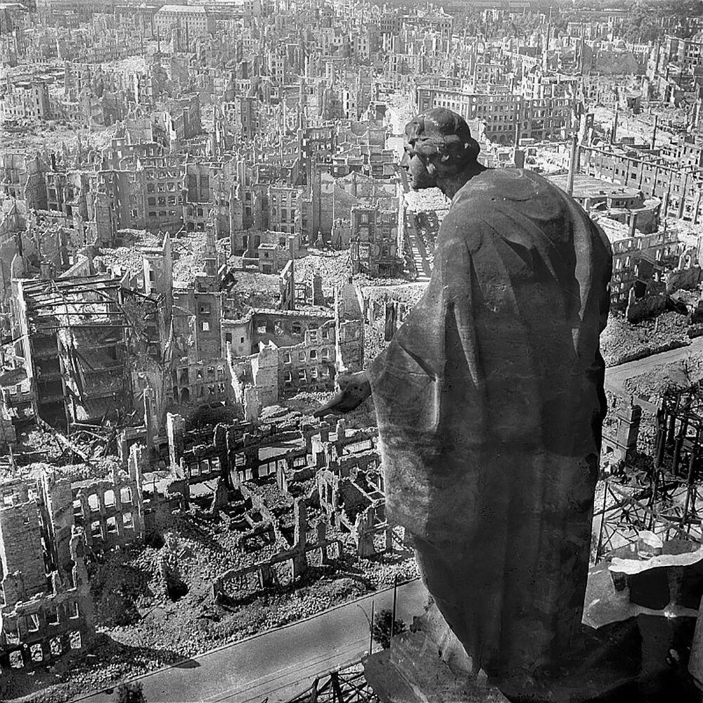 Pohled z radnice na zničené město