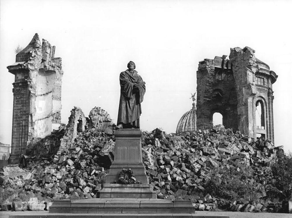 Trosky kostela Frauenkirche se sochou Martina Luthera