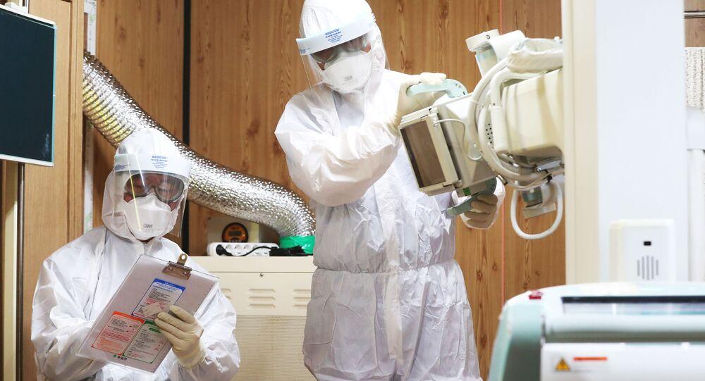 Zdravotníci v nemocnici v Suwonu, Jižní Korea