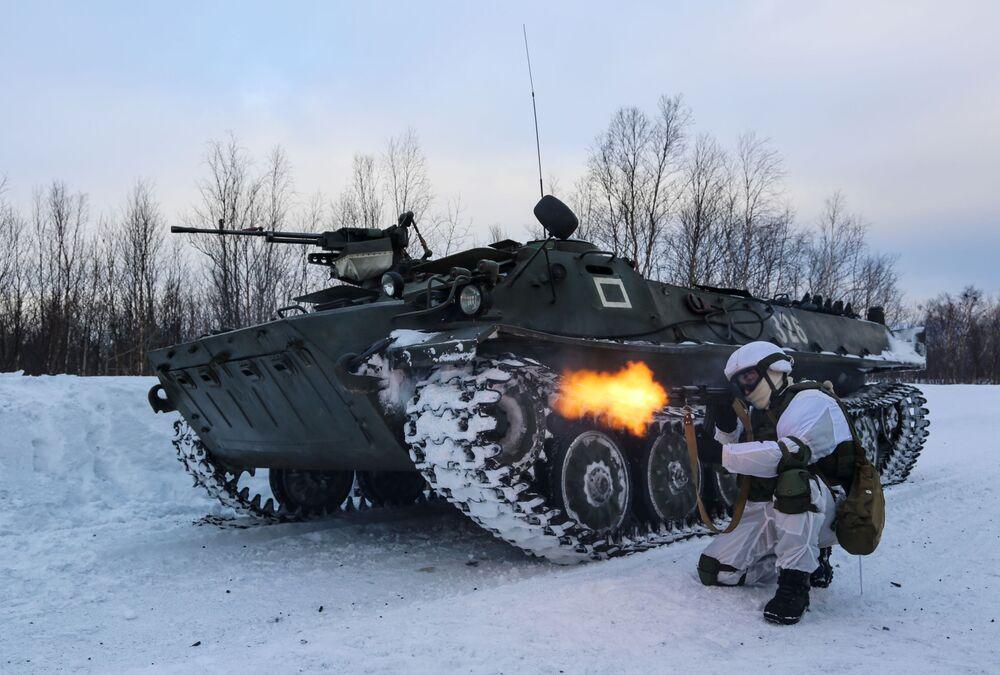 Manévry mechanizované pečengské brigády ruského Severního loďstva.