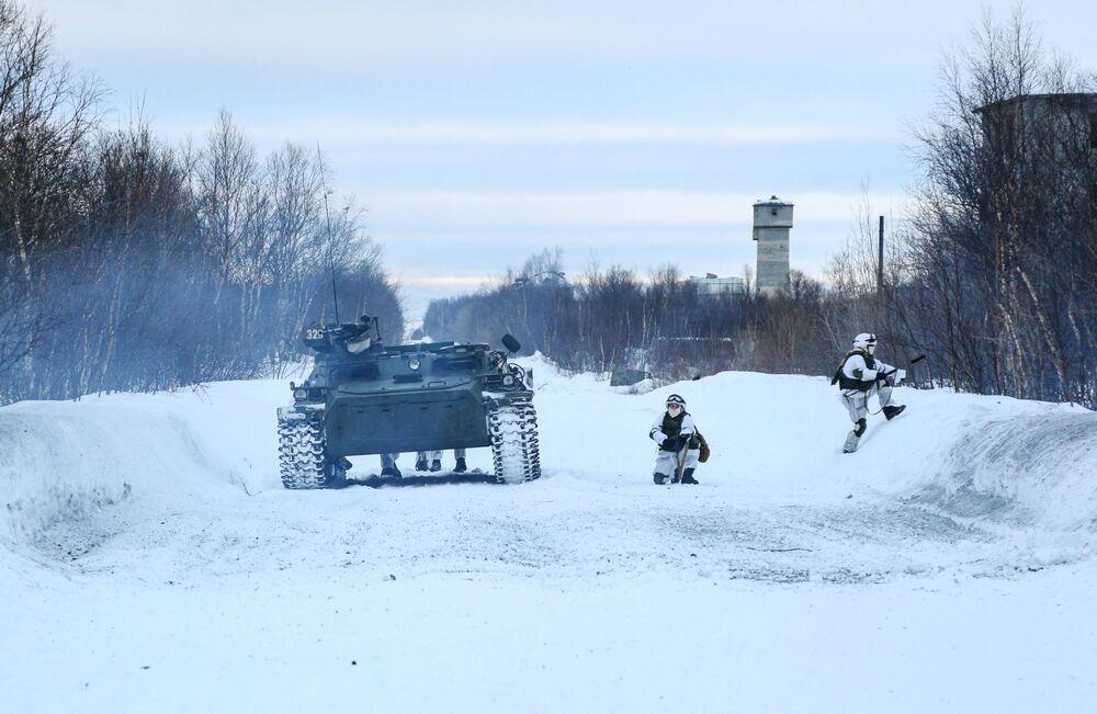 Těžko na cvičišti, lehko na bojišti. O tom vědí své vojáci z mechanizované pečengské brigády ruského Severního loďstva.