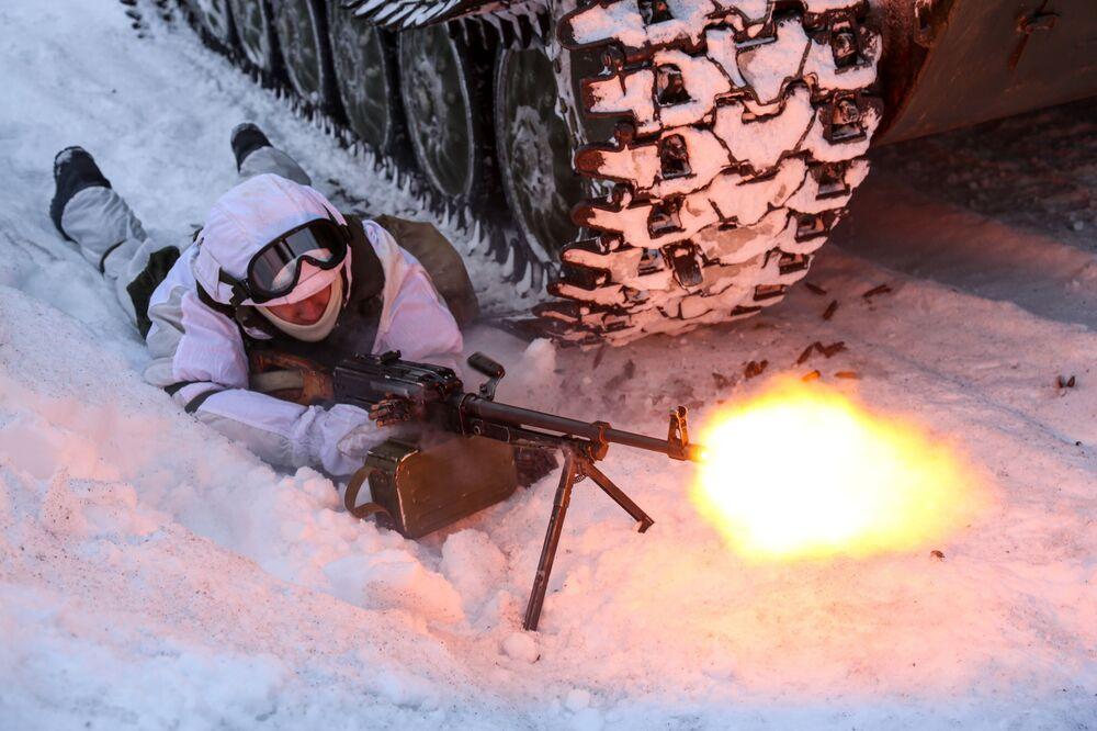 Voják mechanizované pečengské brigády ruského Severního loďstva během taktického cvičení.