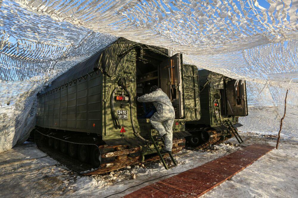 Oběd se připravuje v těchto polních kuchyních. Pásová obojživelná vozidla jsou ve zdejších podmínkách na severu Ruska samozřejmostí.