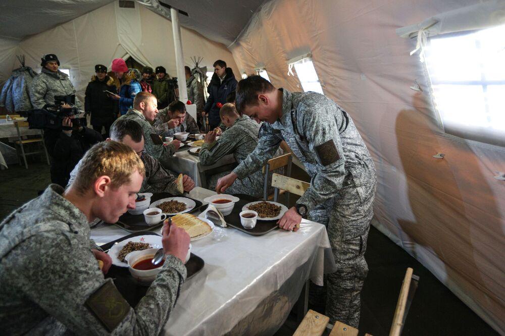 Vojáci obědvají.