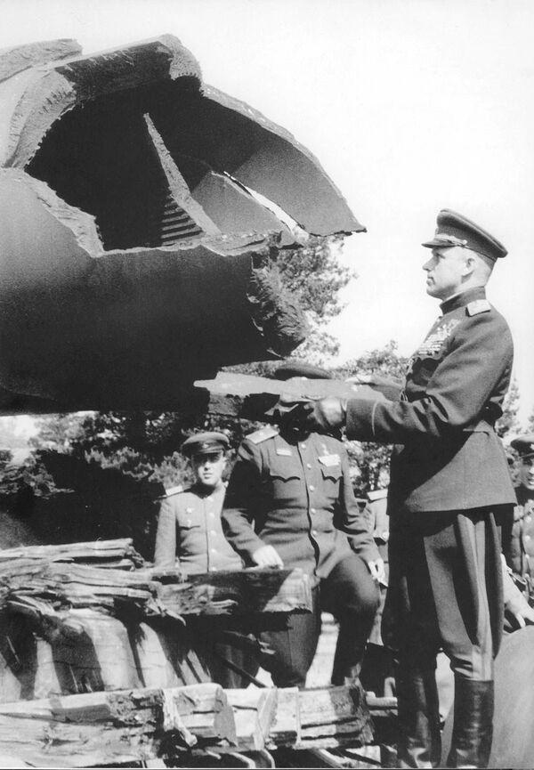 Maršál Konstantin Rokossovskij si prohlíží válečnou kořist - Sputnik Česká republika