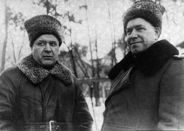 Maršál Žukov (vpravo) a velitel sovětských vzdušných sil, maršál letectva Alexandr Novikov (Polsko, 24. ledna 1945) - Sputnik Česká republika