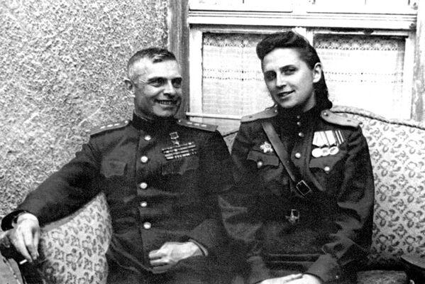 Generálplukovník dělostřelectva Vasilij Kazakov spolu se svou manželkou Světlanou Smirnovovou - Sputnik Česká republika