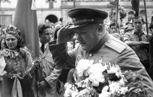 Generál Andrej Jeremenko v osvobozené Olomouci (7. května 1945) - Sputnik Česká republika