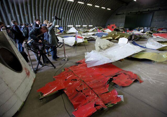 Novináři vyfotí části trosek Malajsijského Boeinga v hangáru na letecké základně Gilze Rijen v Nizozemsku