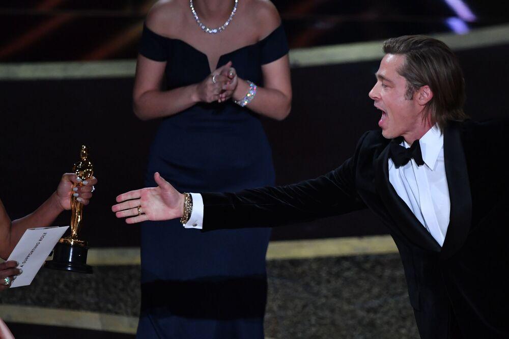 Brad Pitt se raduje ze svého Oscara, který dostal v kategorii nejlepší herec ve vedlejší roli ve filmu Tenkrát v Hollywoodu