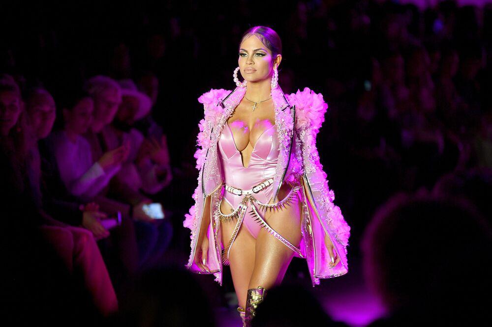 Modelka předvádí kolekci The Blonds v New Yorku