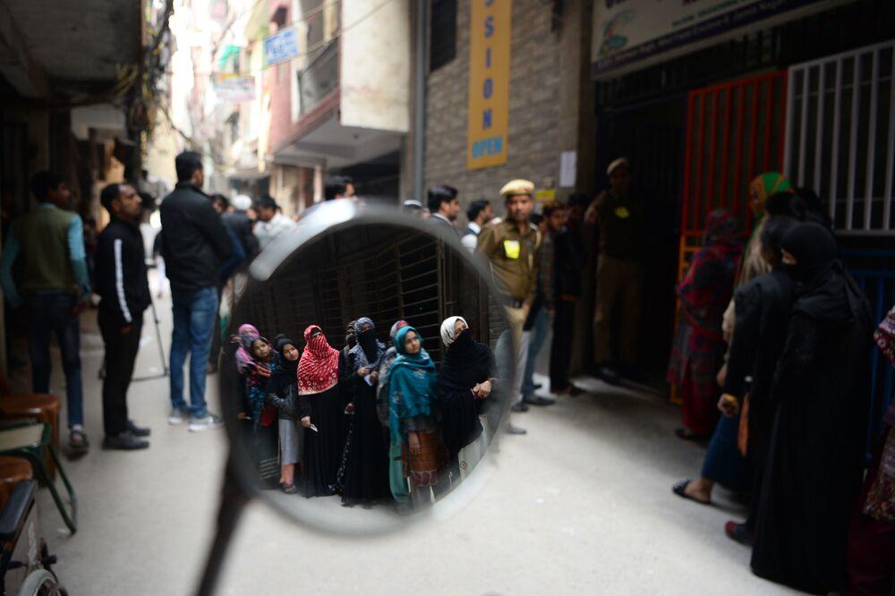 Lidé stojí ve frontě, aby mohli hlasovat v místních volbách v Novém Dillí