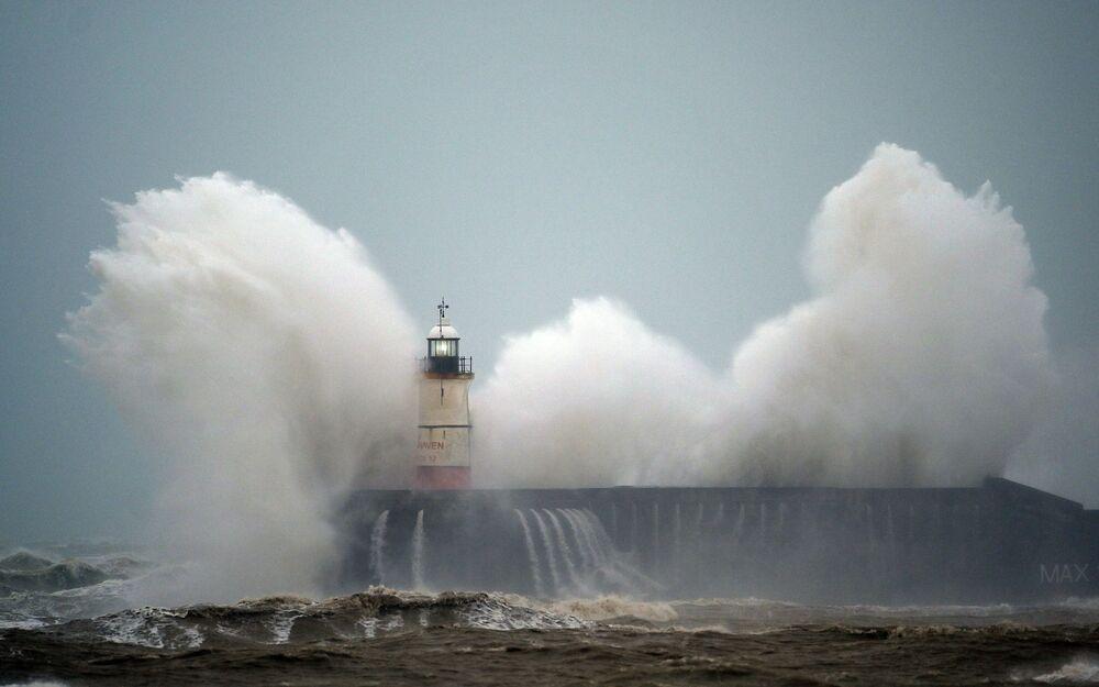 Vlna udeřila do majáku Newhaven na jižním pobřeží Anglie během bouře Ciara