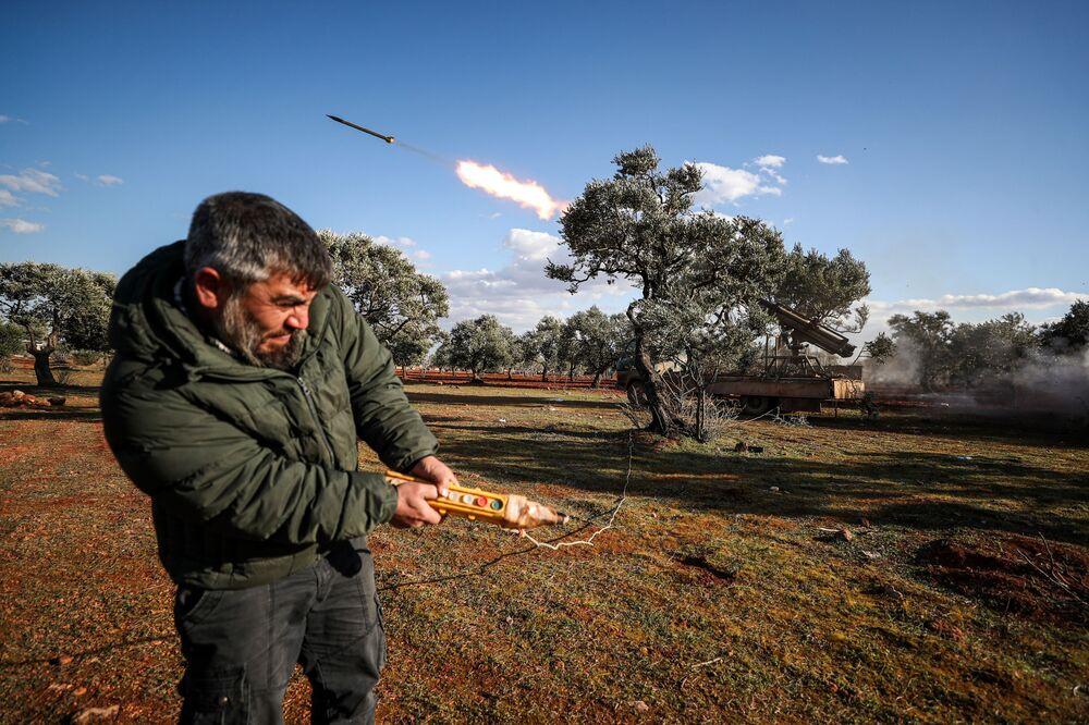 Povstalec v Idlibu střílí z improvizovaného raketometu