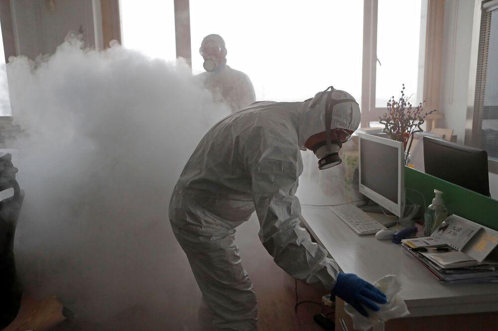 Dezinfekce kanceláře v Šanghaji během epidemie koronaviru