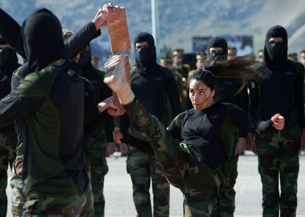Členové kurdských ozbrojených milicí pešmerga v Arbílu