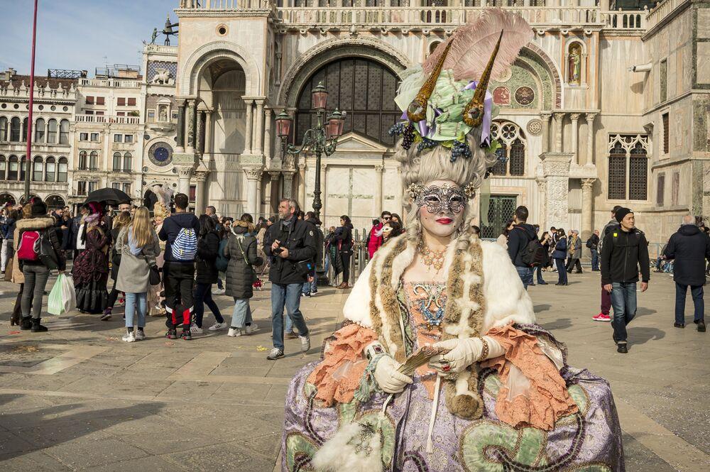 Účastnice Benátského karnevalu 2020 na Náměstí Svatého Marka v Benátkách