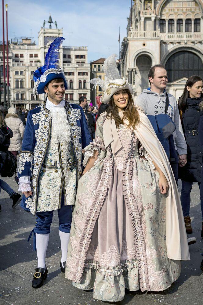 Účastníci Benátského karnevalu 2020 na Náměstí Svatého Marka v Benátkách