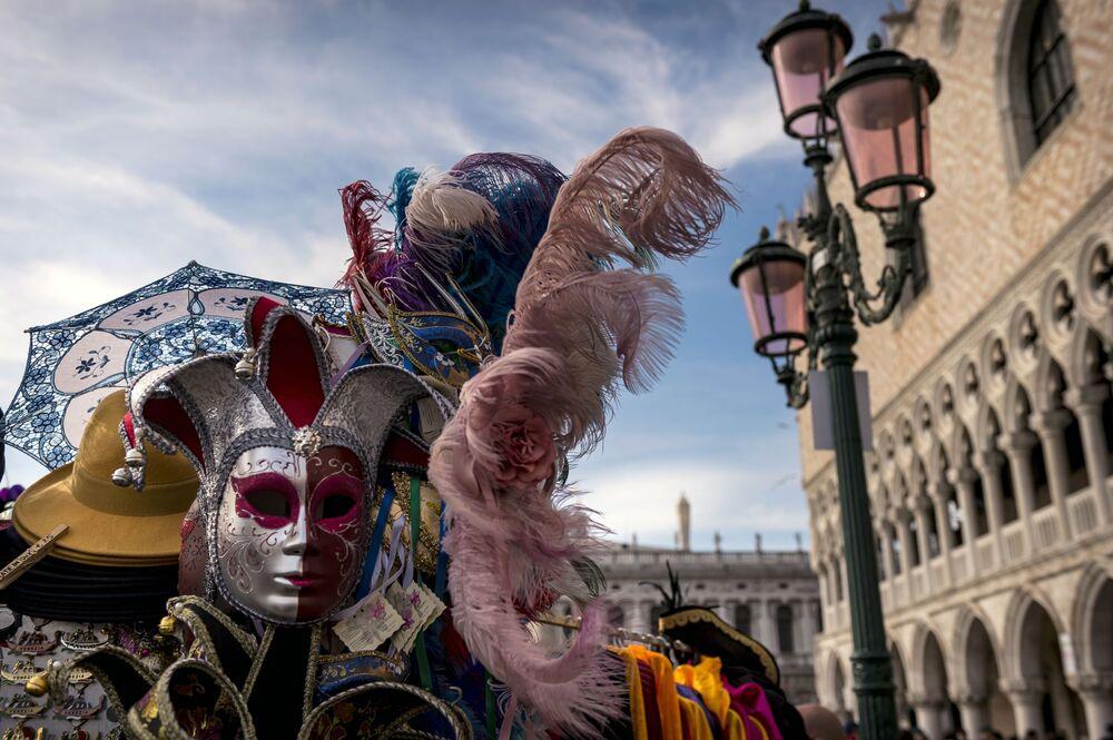 Maskovaný účastník během Benátského karnevalu 2020 na Náměstí Svatého Marka v Benátkách Účastníci Benátského karnevalu 2020