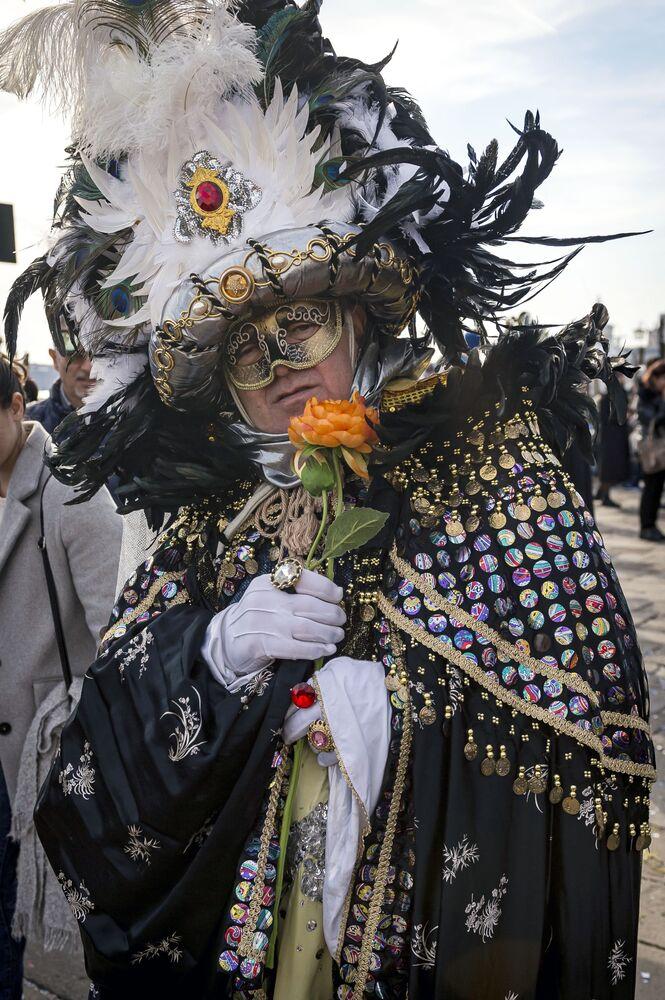 Účastník Benátského karnevalu 2020 na Náměstí Svatého Marka v Benátkách