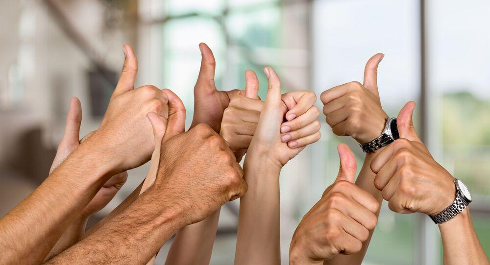 Ruce se zvednutými palci