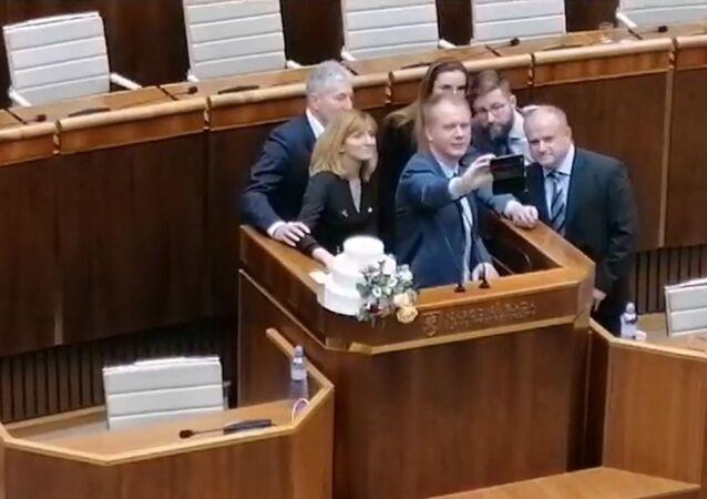 Poslanci Národní rady SR, Alan Suchánek, Viera Dubačová, Miroslav Beblavý, Simona Petrík, Martin Poliačik a Jozef Mihál během zasedání mimořádné schůze.