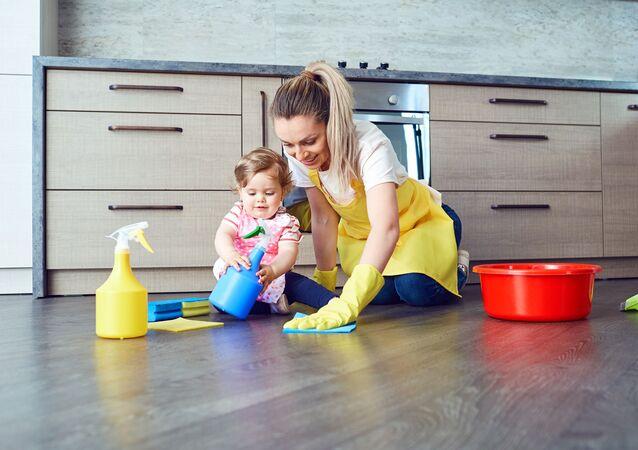 Matka a dítě uklízejí