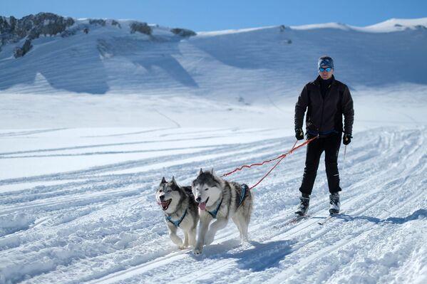Muž se věnuje skijöringu na území náhorní plošiny Lago-Naki Kavkazské státní přírodní biosférické rezervace - Sputnik Česká republika