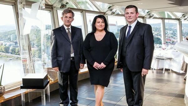 Lenka Mayerová s podpredsedom PSN, generálom Emilom Vestenickým a predsedom PSN Romanom Stopkom počas odovzdávania Ceny Extra plus za Prácu v prospech Slovenskej republiky - Sputnik Česká republika