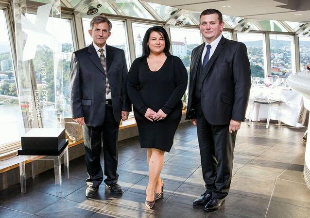 Lenka Mayerová s podpredsedom PSN, generálom Emilom Vestenickým a predsedom PSN Romanom Stopkom počas odovzdávania Ceny Extra plus za Prácu v prospech Slovenskej republiky