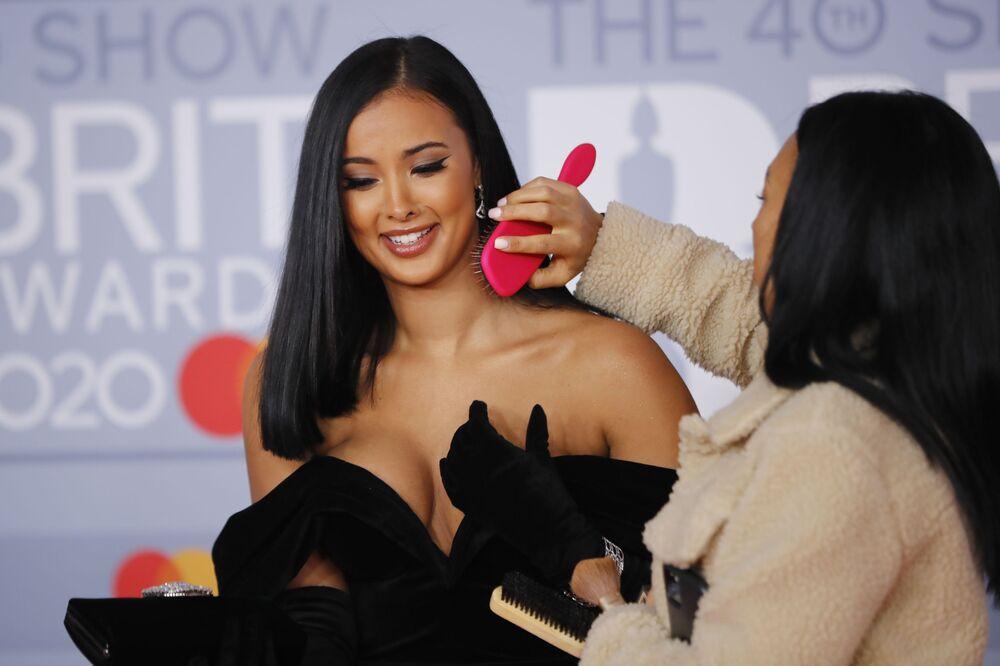 Britská televizní moderátorka Maya Jama na červeném koberci Brit Awards 2020 v Londýně.