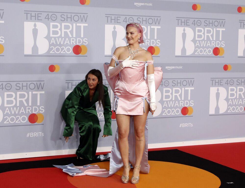 Zpěvačka Anne-Marie na červeném koberci Brit Awards